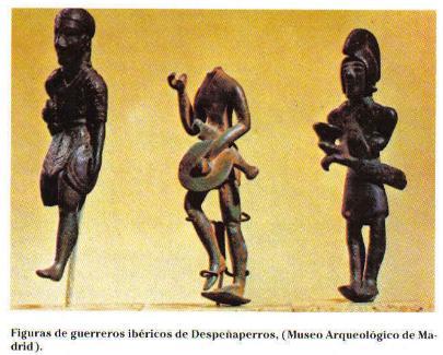 El guerrero sin cabeza lleva caetra, el escudo más usado entre los íberos antes de la Segunda Guerra Púnica, a partir de la cual empezarán a aparecer los escudos ovalados o scutum, de tipo céltico, traído a través de influjo cartaginés.El guerrero de la derecha lleva un casco de capacete con penacho, muy extendido entre los íberos; también parece que lleva una falcata al cinto.