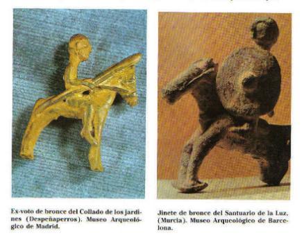 Dos imágenes de exvotos de bronce, el de la izquierda, llevando una lanza, es del Collado de los Jardines, Despeñaperros, Museo arqueológico de Madrid.El de la derecha, con caetra, es del Santuario de la Luz (Murcia), Museo Arqueológico de Barcelona.