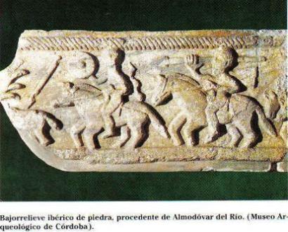 Bajorelieve ibérico de piedra, procedente de Almodovar del río (Museo Arqueológico de Córdoba).Muestra a dos jinetes, uno con caetra y el otro con lanza.